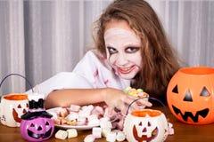 Tienermeisje in kostuumzombie Concept dood op Halloween-partij Stock Afbeelding