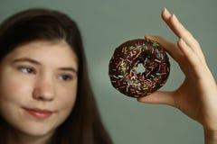 Tienermeisje met doughnut royalty-vrije stock afbeelding