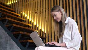 Tienermeisje met draagbare laptop voor online mededeling stock videobeelden