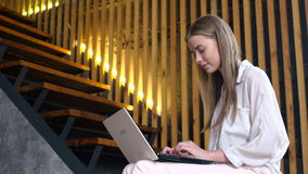 Tienermeisje met draagbare laptop voor online mededeling stock video