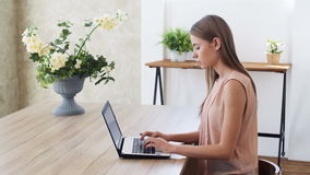 Tienermeisje met draagbare laptop voor online mededeling stock footage