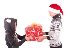 2 tienermeisje met een Nieuwjaargift Royalty-vrije Stock Foto