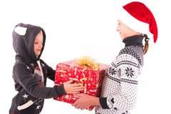 2 tienermeisje met een Nieuwjaargift Stock Foto