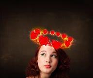 Tienermeisje met hartillustraties die rond haar hoofd circleing stock illustratie