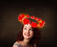 Tienermeisje met hartillustraties die rond haar hoofd circleing Stock Foto