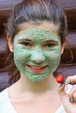 Tienermeisje met het natuurlijke blauwe masker van het kleigezicht royalty-vrije stock foto