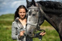 Tienermeisje met het paard Stock Afbeeldingen