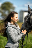 Tienermeisje met het paard Stock Fotografie