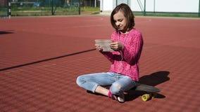 Tienermeisje met hoofdtelefoons en tablet stock footage