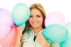 Tienermeisje met kleurrijke ballons Stock Fotografie