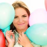 Tienermeisje met kleurrijke ballons Stock Foto
