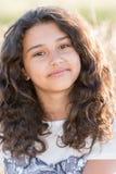 Tienermeisje met krullend donker haar op aard Royalty-vrije Stock Afbeeldingen
