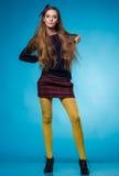 Tienermeisje met lang recht haar Stock Foto