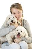 Tienermeisje met leuke honden stock afbeeldingen