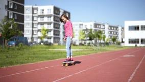 Tienermeisje met skateboard stock footage
