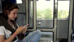 Tienermeisje met smartphone bij trein stock video