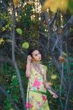tienermeisje onder de bomen, de zomer stock foto's