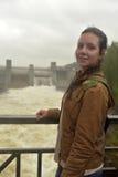 tienermeisje op achtergrond van krachtcentrale in Imatra stock fotografie