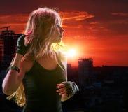 Tienermeisje in stad die zonsondergang kijken Stock Fotografie