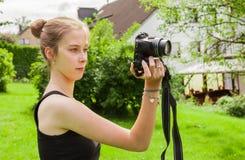 Tienermeisje terwijl het fotograferen stock afbeelding