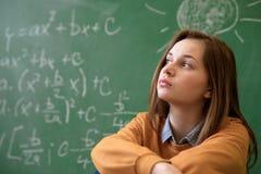 Tienermeisje in wiskundeklasse door de wiskundeformule die wordt overweldigd Royalty-vrije Stock Foto