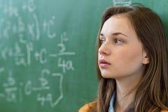 Tienermeisje in wiskundeklasse door de wiskundeformule die wordt overweldigd Druk, Onderwijs Royalty-vrije Stock Foto's