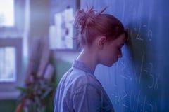 Tienermeisje in wiskundeklasse door de wiskundeformule die wordt overweldigd Druk, Onderwijsconcept Stock Afbeelding