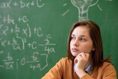 Tienermeisje in wiskundeklasse door de wiskundeformule die wordt overweldigd Druk, Onderwijsconcept Stock Afbeeldingen
