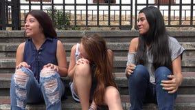 Tienermeisjes die en Pret hebben lachen stock video