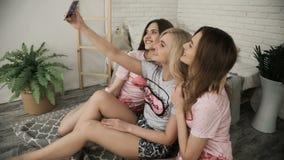 Tienermeisjes die Grappige Gezichten maken en voor Selfies glimlachen Drie Grappige Jonge Meisjesvrienden die Selfie maken bij ki stock video