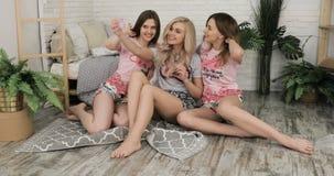 Tienermeisjes die Grappige Gezichten maken en voor Selfies glimlachen Drie Grappige Jonge Meisjesvrienden die Selfie maken bij ki stock footage
