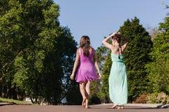 Tienermeisjes die het Spreken het Ontspannen weggaan Stock Foto's