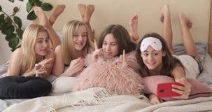 Tienermeisjes die lied zingen en op mobiele videocamera registreren stock videobeelden
