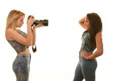 Tienermeisjes die met camera spelen Royalty-vrije Stock Foto's
