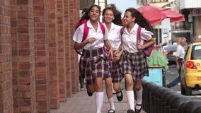 Tienermeisjes die op Stoep lopen stock video