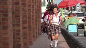 Tienermeisjes die op Stoep lopen stock videobeelden