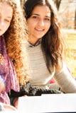 Tienermeisjes die in openlucht bestuderen Stock Fotografie