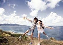Tienermeisjes die pret met de zomervakantie hebben stock foto's