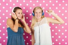 Tienermeisjes met hoofdtelefoons Stock Foto's