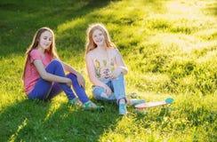 Tienermeisjes met met skateboard Stock Fotografie