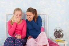 Tienermeisjes met smartphones Stock Foto