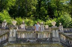 Tienermens die op openluchtsteenterras bij kasteel denken Royalty-vrije Stock Foto
