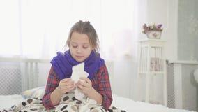 Tienerniesgeluiden Allergie, koude en keelpijn, stock footage