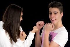 Tienerpaar die een strijd II imiteren royalty-vrije stock afbeeldingen