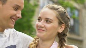 Tienerpaar die selfie, jongen die spontaan meisje, echt gevoel kussen nemen stock videobeelden