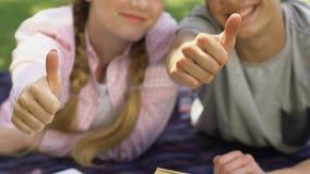 Tienerpaarduimen omhoog, studentenuitwisselingsprogramma, onderwijs in het buitenland, succes stock video