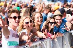 Tieners bij het festival die van de de zomermuziek goede tijd hebben Royalty-vrije Stock Fotografie