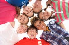 Tieners in cirkel Stock Foto's