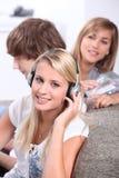 Tieners die aan CDs luisteren Stock Afbeeldingen