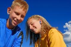Tieners die aan muziek luisteren Stock Afbeeldingen